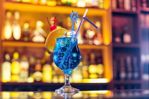 Blauwe lagune cocktail op de bar