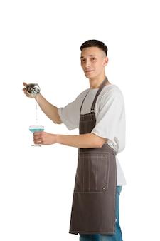 Blauwe lagune portret van een jonge mannelijke blanke barista of barman in bruine schort glimlachend