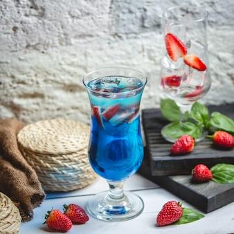 Blauwe lagunecocktail op de tafel