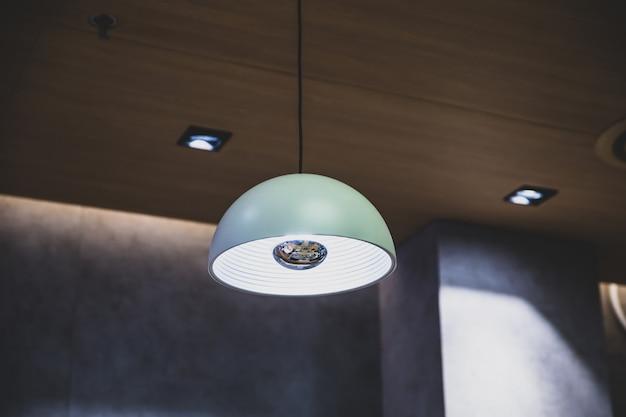 Blauwe lantaarns die modern stijl licht concept / licht binnenland hangen