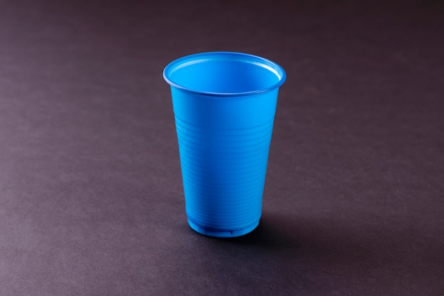 Blauwe lege plastic beker. plastic recyclen. plastic afval.