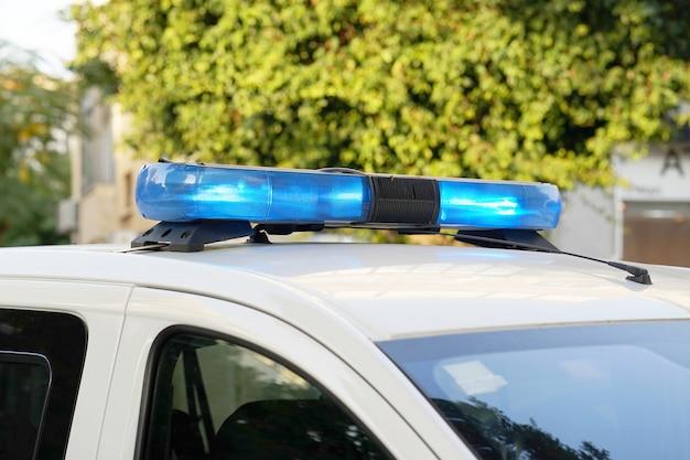 Blauwe lichten bovenop politiewagen