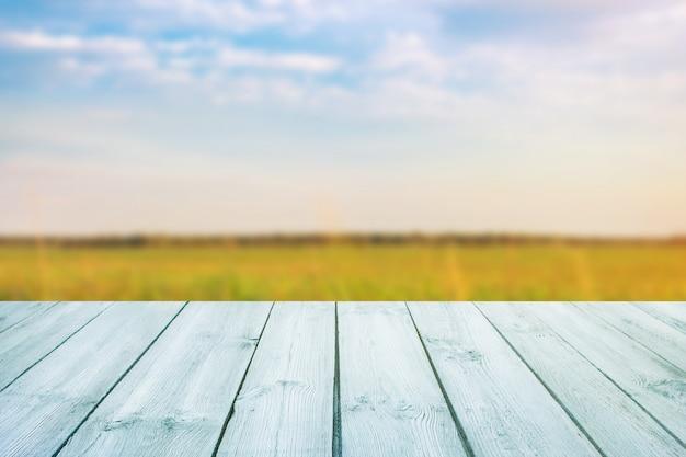 Blauwe lijst over vage achtergrond van landschap met blauwe hemel