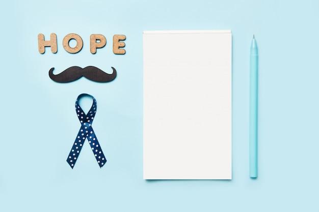 Blauwe linten met snor, woordhoop en blocnote met pen