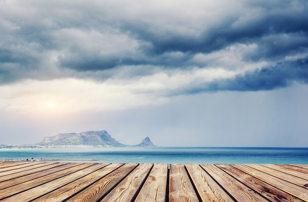 Blauwe lucht boven de zee. dramatische rocky mountains