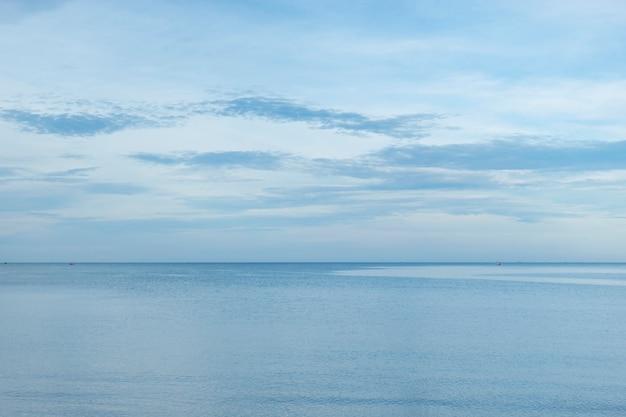 Blauwe lucht boven een kalme zee in thailand.