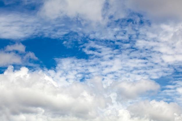 Blauwe lucht, cumulus wolken