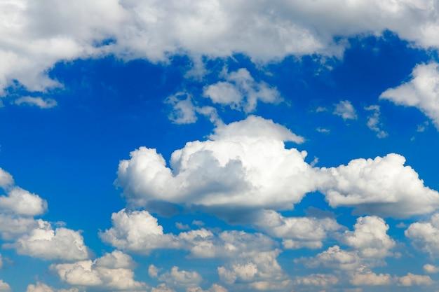 Blauwe lucht, die zijn drijvende cumuluswolken helder wit. foto genomen close-up.