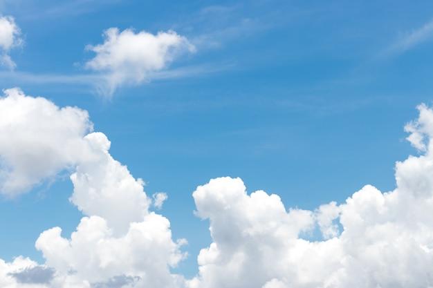 Blauwe lucht en clound achtergrond