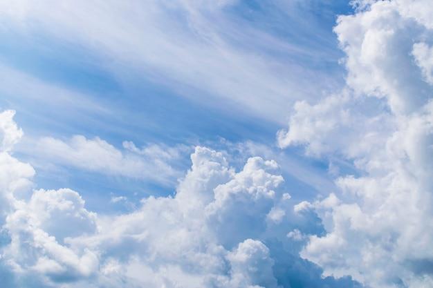 Blauwe lucht en de wolken