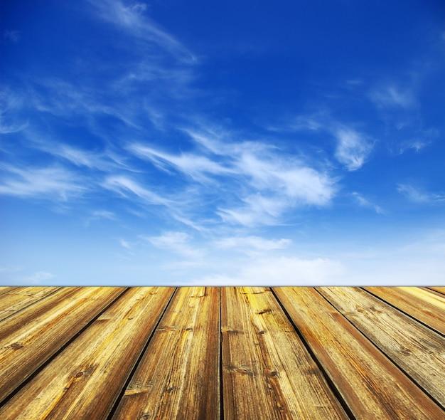 Blauwe lucht en houten vloer achtergrond