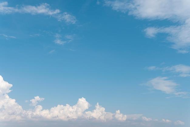 Blauwe lucht en pluizige wolken