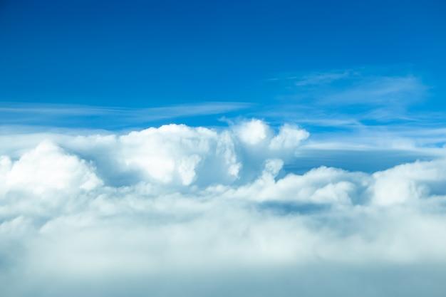 Blauwe lucht en prachtige wolken natuurlandschap voor achtergrondbanner of zomerposter