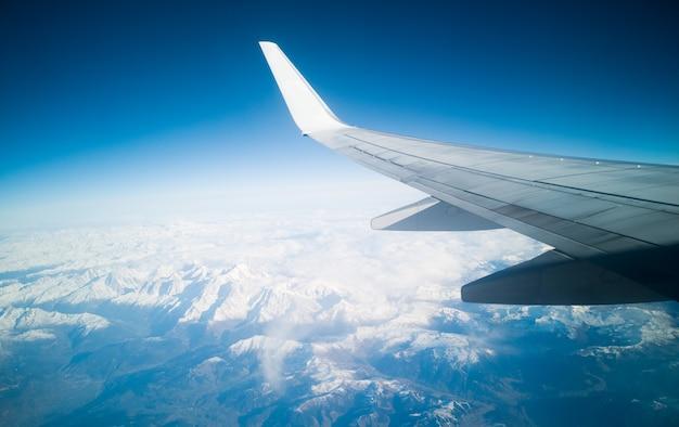 Blauwe lucht en sneeuw bergen uitzicht. planeet aarde concept