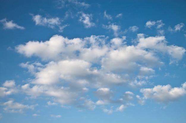 Blauwe lucht en veel kleine wolken
