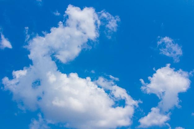 Blauwe lucht en witte cluds, zonnige dag