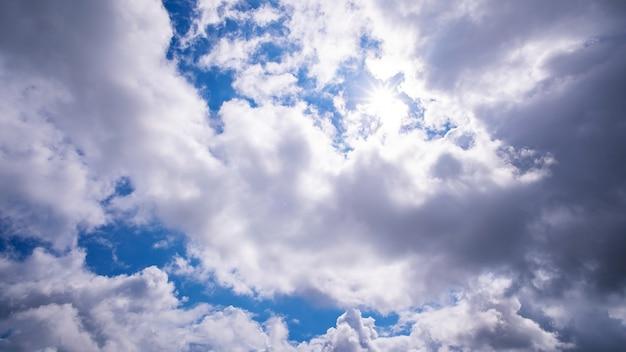 Blauwe lucht en witte wolk, dag van goed weer.