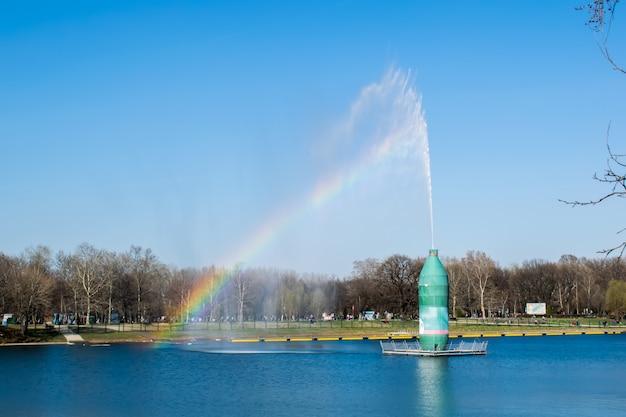 Blauwe lucht en witte wolk met zonlicht en regenboog