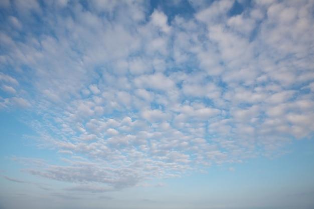 Blauwe lucht en witte wolken achtergrond