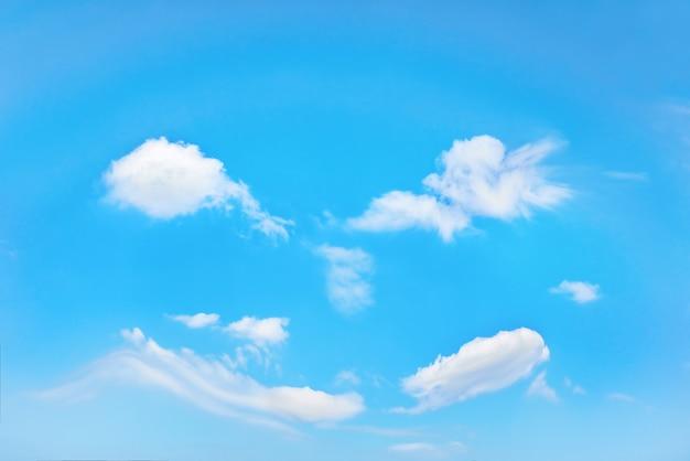 Blauwe lucht en witte wolken als natuurachtergrond