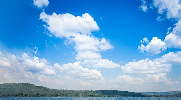 Blauwe lucht en witte wolken op de berg en meer water detail natuur achtergrond
