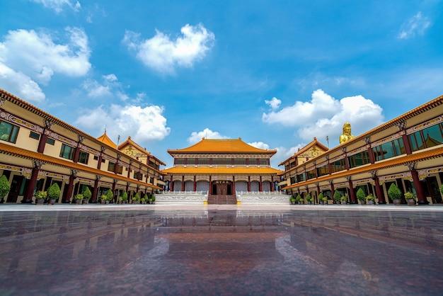 Blauwe lucht en witte wolken, oude chinese architectuur