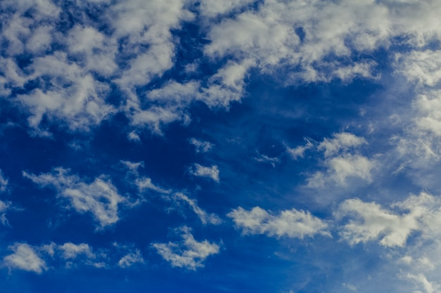 Blauwe lucht en wolken achtergrond.