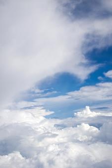 Blauwe lucht en wolken achtergrond