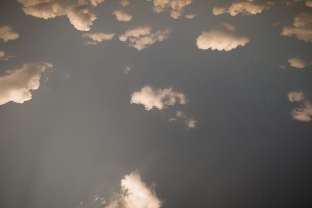 Blauwe lucht en wolken (oranje ontwormende thema kleurenthema)