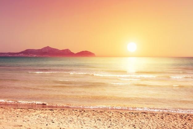 Blauwe lucht en zacht zand. reizen en zomervakantie achtergrond.