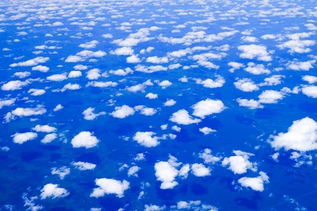 Blauwe lucht hoog uitzicht vanuit vliegtuigwolken vormen