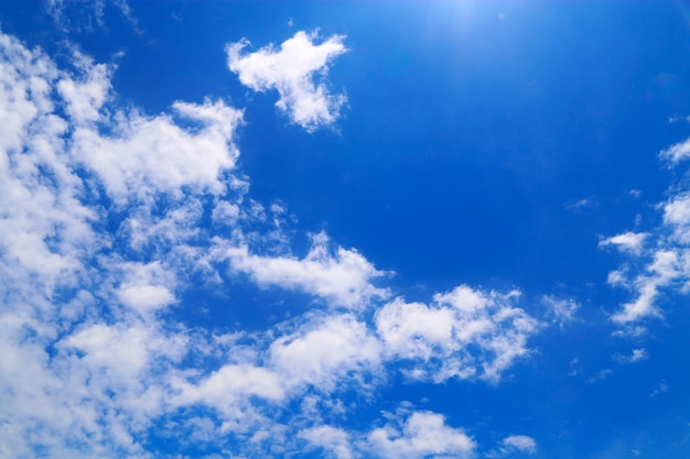 Blauwe lucht met bewolkt