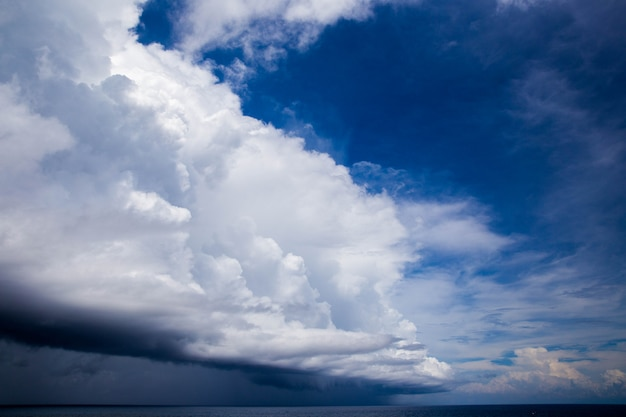 Blauwe lucht met grote witte wolk.