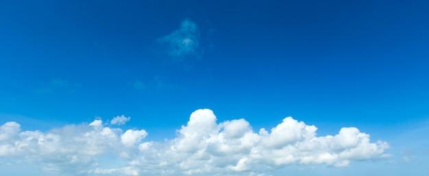 Blauwe lucht met kleine wolken