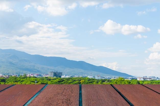 Blauwe lucht met landschap en houten vloer,