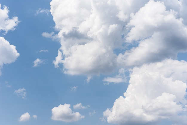 Blauwe lucht met pluizige wolken