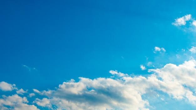 Blauwe lucht met puffy witte wolken