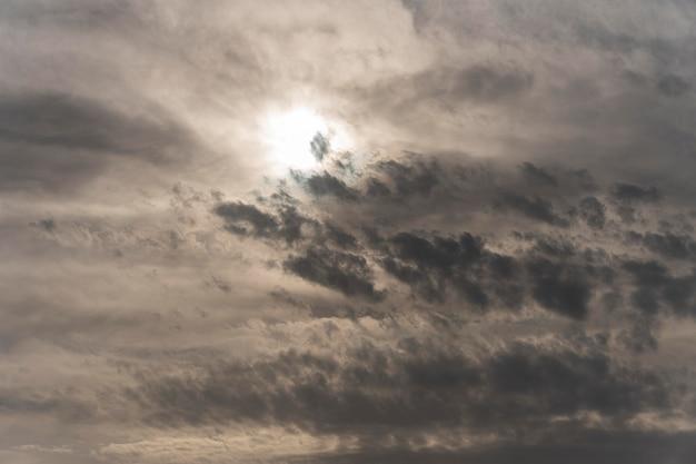 Blauwe lucht met regenachtige wolken