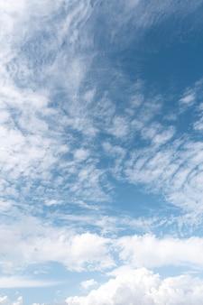 Blauwe lucht met winderige wolken
