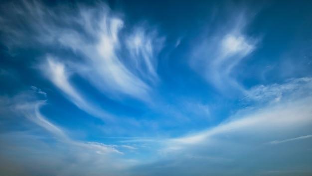 Blauwe lucht met witte cirruswolken