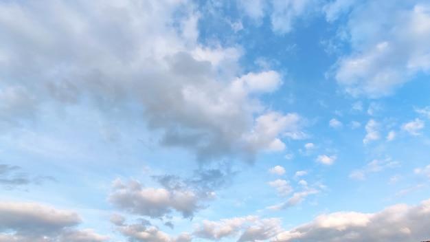 Blauwe lucht met witte en grijze wolken.