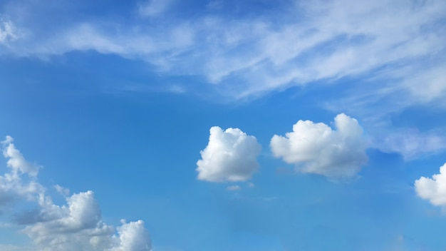 Blauwe lucht met witte pluizige wolken