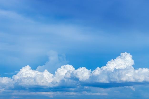 Blauwe lucht met witte wolk