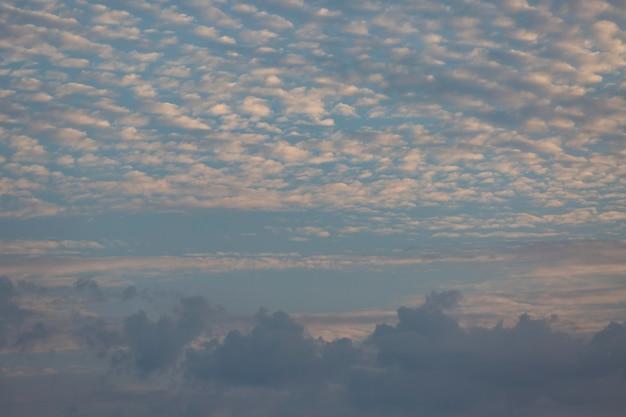 Blauwe lucht met witte wolken achtergrond