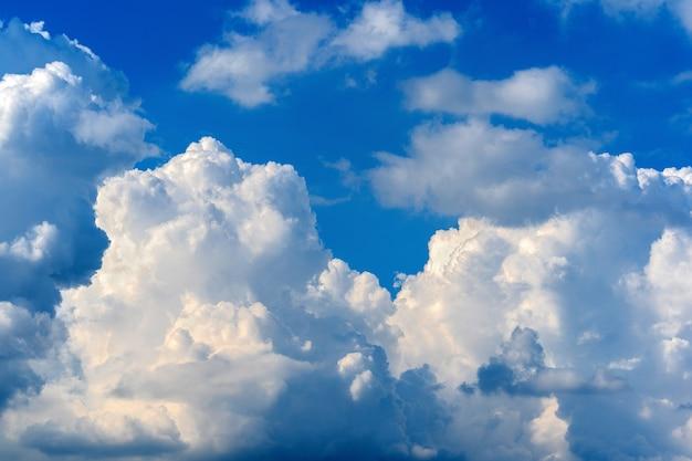 Blauwe lucht met witte wolken. hemel achtergrond.