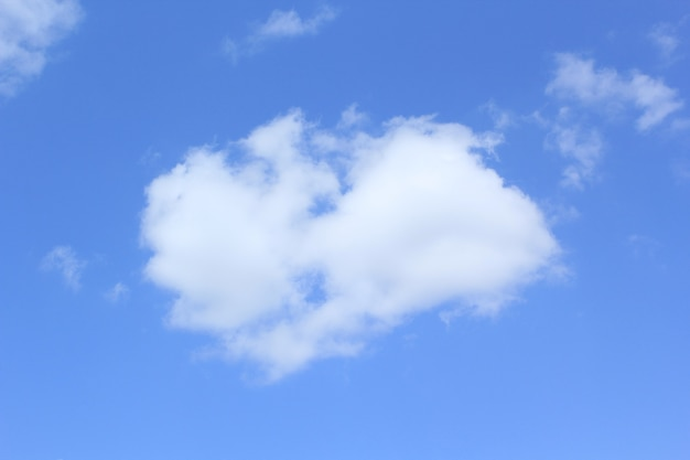 Blauwe lucht met witte wolken natuur achtergrond