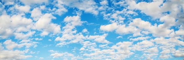 Blauwe lucht met witte wolken, natuurlijke achtergronden, panoramische hemel