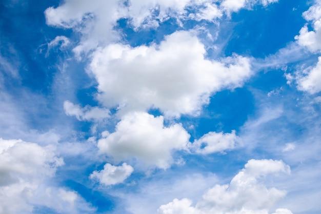 Blauwe lucht met witte wolken op een heldere zonnige dag.