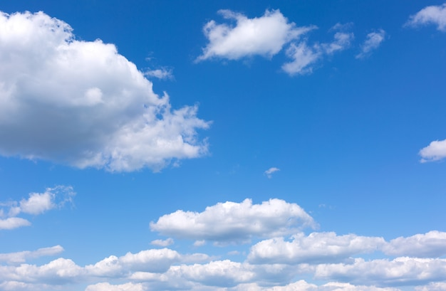 Blauwe lucht met witte wolken.