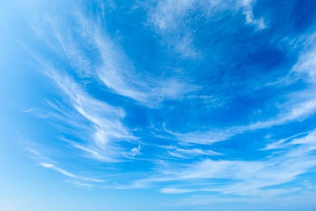 Blauwe lucht met witte wolken Premium Foto